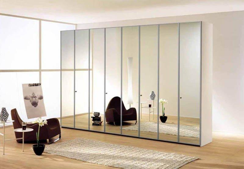 Распашной шкаф с зеркальными дверями по выгодной цене.