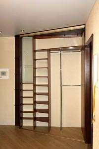 Узкий шкаф для одежды